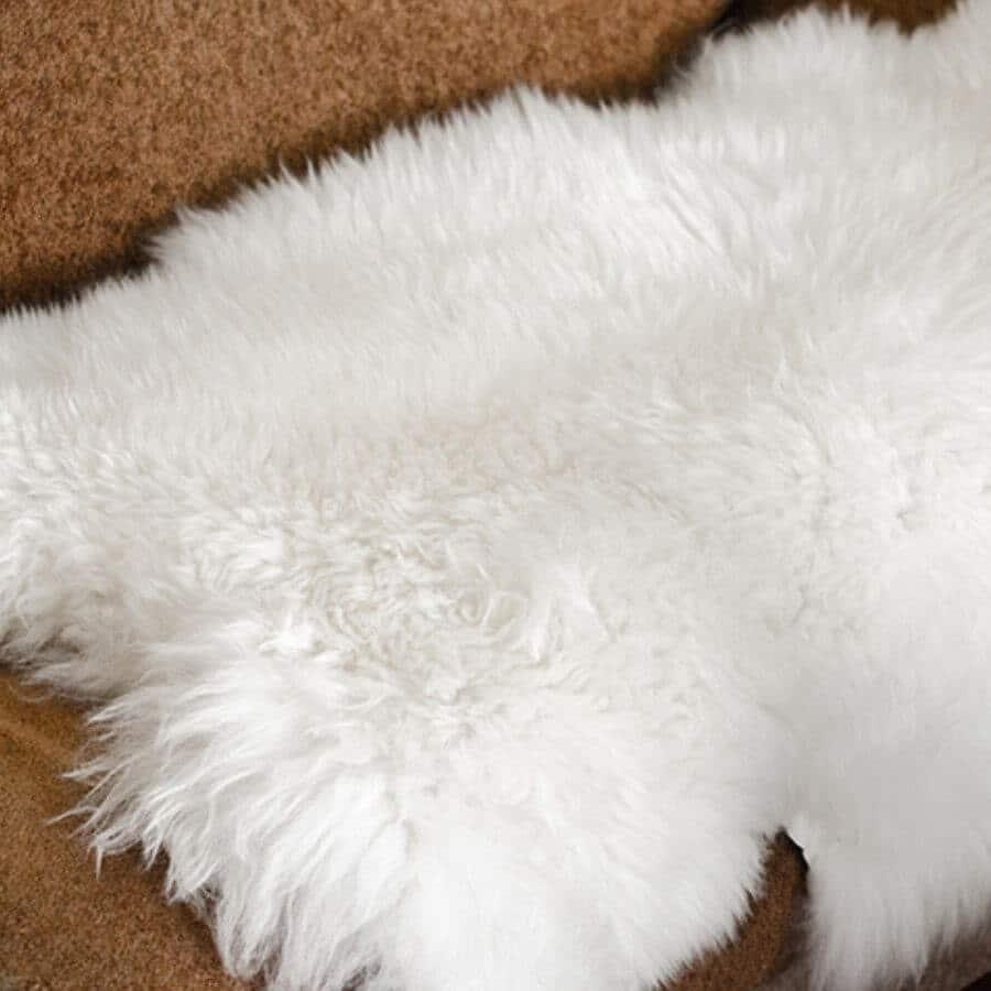 Witte schapenvacht op de bank